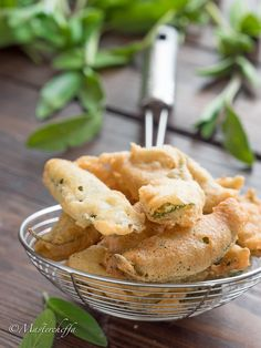 Salvia fritta in pastella Party Catering, Yummy Food, Tasty, Appetisers, Antipasto, Frittata, Finger Foods, Vegan Recipes, Veggies