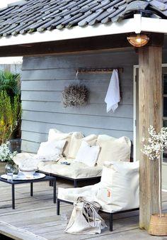 mooie kleuren! vergrijsde kleur hout met dakpannen en witte rand combi