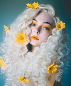 Curly Hairstyle For Many Mordern Women - Fashion - White Hair Color for Girls w. - Curly Hairstyle For Many Mordern Women – Fashion – White Hair Color for Girls with Flowers - Girls With Flowers, Flowers In Hair, Black Flowers, Exotic Flowers, Synthetic Lace Front Wigs, Synthetic Wigs, Daisy, Beauty Photography, Photography Flowers