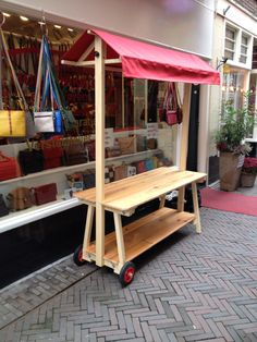 Simple wood construction and wheels make it easy to move. Metal Furniture, Diy Furniture, Market Table, Vegetable Stand, Bar A Bonbon, Craft Stalls, Food Stands, Craft Show Displays, Wood Display