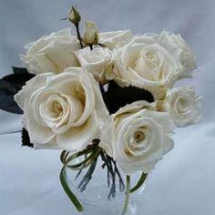 arranjo de rosas brancas preservadas