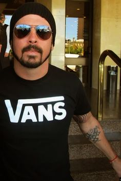 Dave Grohl lookin totally yummy in dem shades!! #stunna