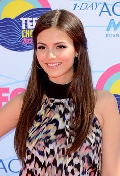 Victoria Justice had a middle parted pulled back hairstyle and flawless skin at the Teen Choice Awards.