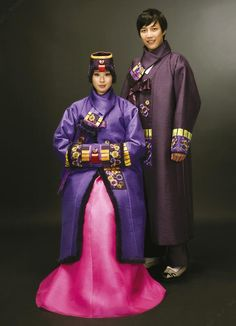 Traditional Korean clothing, hanbok, has gradually won favor by people from different parts of the world. Korean Hanbok, Korean Dress, Korean Outfits, Korean Clothes, Korean Traditional Dress, Traditional Dresses, Wrap Around Skirt, Kpop, Korean Fashion