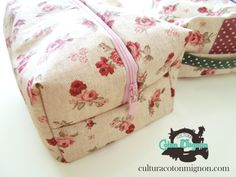 tutorial neceser interior de plastico My Bags, Purses And Bags, Sewing Case, Bags Sewing, Cute Diys, Little Bag, Handmade Bags, Zipper Pouch, Fashion Bags