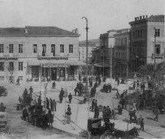 Το έτος 1902 στην πλατεία Ομόνοιας Athens Greece, Old City, Once Upon A Time, Old Photos, Nostalgia, The Past, Scenery, Black And White, History
