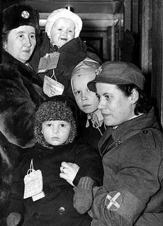 Svenska lottor möter finska krigsbarn, 1944 / Swedish Lottas with Finnish war children - Finland Finnish Civil War, Swedish Armed Forces, Finnish Women, Night Shadow, Home Guard, Iconic Photos, Book Projects, World War Two, Wwii