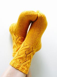 Mingky Tinky Tiger + the Biddle Diddle Dee — Sunshine socks by Niina Laitinen - This knitting. Loom Knitting, Knitting Socks, Free Knitting, Knitting Needles, Crochet Socks, Knit Or Crochet, Knit Socks, Knitting Designs, Knitting Projects