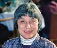 Han Suyin (韩素音) est le pseudonyme de Chou Kuanghu, connue aussi sous le nom de Rosalie Élisabeth Comber, née le 12 septembre 1917 à Xinyang, dans la province du Henan (Chine), et morte le 2 novembre 2012 (à 95 ans) à Lausanne, en Suisse, où elle résidait. Han Suyin est une doctoresse en médecine, sinologue et écrivaine d'origine chinoise et belge. Elle est l'auteur de romans dont l'action se déroule en Asie, de récits autobiographiques et d'études historiques sur la Chine moderne.