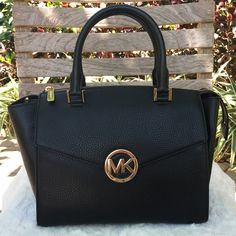 NWT Michael Kors Handbag NWT ✨ Michael Kors Large Hudson handbag in black. Includes adjustable strap. Gold hardware, outer magnetic pockets (front and back), and center zip closure. authentic. ✅Offers are welcome No trades Michael Kors Bags Satchels