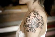 tatuagem feminina nos ombros flores 2