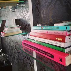 """O ateliê (@oatelie) no Instagram: """"#bookshelftour aqui no ateliê!  #sqn ahuahu tão pequena ainda minha coleção ^^ adoro!"""""""