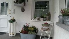 Hauseingang laterne fenster gie kanne obstkiste - Hauseingang dekorieren ostern ...