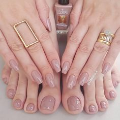 Want some ideas for wedding nail polish designs? This article is a collection of our favorite nail polish designs for your special day. Shellac Nails, Nude Nails, Acrylic Nails, My Nails, Gel Nail, Classy Nails, Stylish Nails, Wedding Nail Polish, Wedding Nails