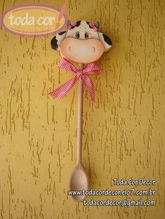 Vaquinha colher de pau para decoração de cozinha. Peça pintada ao estilo country. R$38,00
