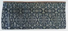 Fragment of a blue and white silk fabric  Dating: 14-15. Century Location: Spain; Material / technique: Lampas, launched basic twill weave, plain weave pattern, chains: silk, 2 shades of blue, Shots: silk, blue, white Dimensions: H. 46 cm, 20.5 cm B.