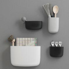 Denne dekorative veggmonterte oppbevaringløsningen er designet av Simon Legald for Normann Copenhagen. Pocket finnes i fire forskjellige størrelser og er nyttig for utallige formål – oppbevaring av blyanter, make-up, kjøkkenutstyr, planter og mye mer. Et utvalg av seks forskjellige farger gir gode muligheter for å kombinere Pocket. Hene en rad med hvite Pocket på en hvit vegg i gangen for et lys, beroligende og skandinavisk ...