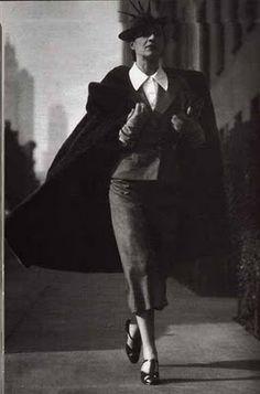 Diana Vreeland (29 Juillet 1903, Paris, France - le 22 Août 1989, New York City) était un chroniqueur et rédacteur en chef a noté dans le domaine de la mode. Elle a travaillé pour le Bazaar et Vogue de la mode des magazines Harper et le Costume Institute du Metropolitan Museum of Art. Elle a été nommée pour la meilleure salle internationale de liste Dressed of Fame en 1965.