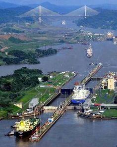 Via interoseânica del Canal de Panamá. Al fondo el Puente Centenario.Flor Fossatti.