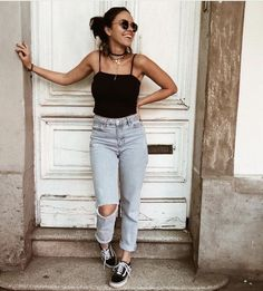 Trendy distressed denim jeans with black cami and comfy sneakers. Summer Outfits, Casual Outfits, Cute Outfits, Photography Poses Women, Fashion Photography, Poses Modelo, Best Photo Poses, Foto Casual, Look Fashion