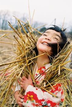 """Kawashima Kotori 川島小鳥 - Mirai-chan 未来ちゃん ""I can't read this but I think it says"" joy in the sunshine""! Precious Children, Beautiful Children, Smile Face, Make You Smile, Smile Kids, Happy People, Beautiful Smile, Beautiful Yoga, Beautiful People"