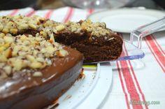 Bolo de chocolate com ganache e castanhas do pará