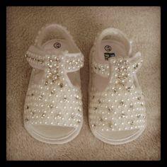 Sandalia de bebe  em pérolas e strass cristal tam 17    ***Pagamento direto tem desconto*** R$ 112,00