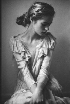 Portrait by Emily Soto Foto Portrait, Portrait Studio, Female Portrait, Black And White Portraits, Black And White Photography, Portrait Fotografie Inspiration, Portrait Photography, Fashion Photography, Artistic Photography