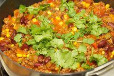 Chili con carne, oftewel chili met vlees. Een heerlijk pittig kleurrijk vleesgerecht met gehakt, pepers, kidneybonen, mais, rode uien, paprikatomatensaus en verse koriander. Wij eten dit gerecht met brood wat je heerlijk kan dopen in de pittige tomatensaus. Met kinderen is dit gerecht ook goed te eten. Gek genoeg zijn kinderen dol op bonen, dus […]