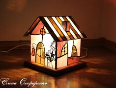Домик-светильник из цветного стекла.