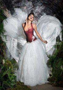Lucardis Feist - Besondere Brautmode. Extravagantes Brautkleid in Rot ...