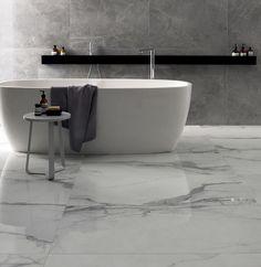 Dra nytta av olika uttryck som olika plattor har. Det klassiska marmorgolvet ger ett elegant intryck samtidigt som den mer industriella väggplattan ger lite edge till rummet.