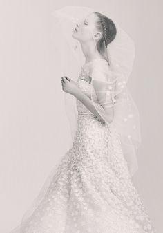La nuova collezione Elie Saab Bridal è già disponibile nelle boutique di Hong Kong Londra, Beirut, Parigi e Dubai. 25 splendidi abiti da sposa in linea con lo stile, unico, della maison, caratterizzati dall'estrema eleganza e dalla raffinatezza di tagli...