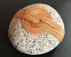 Zen Rocks Studio by ZenRocksStudio on Etsy Pebble Stone, Pebble Art, Stone Art, Stone Crafts, Rock Crafts, Arts And Crafts, Zen Rock, Rock Art, Stone Wrapping