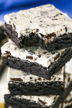 Fudgy Cookies and Cream Brownies Recipe - Easy Oreo Brownies! These Cookies & Cream Brownies have the best Oreo flavor & were a HUGE hit! An easy fudgy brownie recipe topped with an Oreo-filled white chocolate topping! Oreo Brownies, Fudgy Brownie Recipe, Brownie Toppings, Brownie Recipes, Chocolate Recipes, Cake Recipes, Dessert Recipes, Oreo Recipe, Oreo Bars