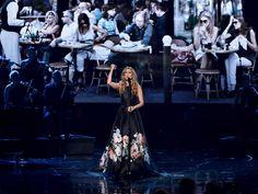 Celine Dion faz homenagem a Paris cantando Piaf no AMA 2015  http://glamurama.uol.com.br/celine-dion-faz-homenagem-a-paris-cantando-piaf-no-ama-2015/