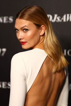 Karlie Kloss Photos Photos - Karlie Kloss arrives ahead of the David Jones Autumn Winter 2017 Collections Launch at St Mary's Cathedral Precinct on February 1, 2017 in Sydney, Australia. - David Jones Autumn Winter 2017 Collections Launch - Arrivals