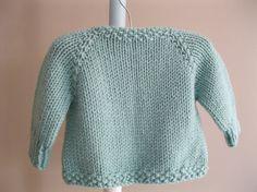 Questo piccolo cardigan carino è il mio disegno preferito! Non ci sono cuciture. Il bordo del collo, bordi anteriori e bordo inferiore sono tutti fatti in punto seme di charme. Questo cardie chiude al collo con un tasto dellannata. Ho cucito il pulsante per il maglione con cotone filo e perle a guardare come un bocciolo di fiore. A mano a maglia con un filato acrilico di qualità molto buona per una facile manutenzione. Questo è lavorato a maglia in una bellissima tonalità pastello di…