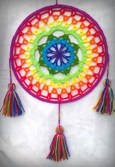 I'm inspired by this large mandala with tassels. Crochet Mandala Pattern, Crochet Motifs, Crochet Squares, Crochet Doilies, Crochet Flowers, Crochet Stitches, Crochet Patterns, Crochet Dreamcatcher Pattern, Mode Crochet