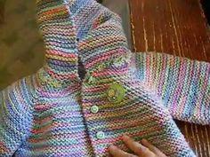 Saco con capucha para bebe de 6 a 9 meses tejido en dos agujas o palitos - Tejiendo Perú Baby Cardigan, Cardigan Bebe, Baby Pullover, Knitting Videos, Crochet Videos, Crochet Baby Jacket, Knit Crochet, Knitting For Kids, Baby Knitting