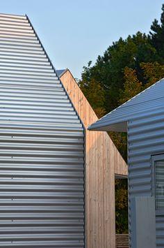 Summer House in Denmark by Jarmund/Vigsnæs Arkitekter Metal Cladding, Exterior Cladding, Conception D'entrepôts, Isolation Facade, Ideas Cabaña, Architecture Design, Warehouse Design, Small Buildings, Modern Barn