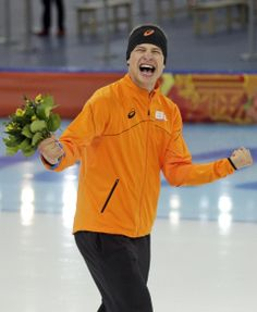 Kramer shakes off pressure, wins another 5000 gold - Sven Kramer of the Netherlands celebrates after winning the gold in the men's 5,000-meter speedskating race at the Adler Arena Skating Center at the 2014 Winter Olympics in Sochi, Russia, Saturday, Feb. 8, 2014. (AP Photo/Matt Dunham)