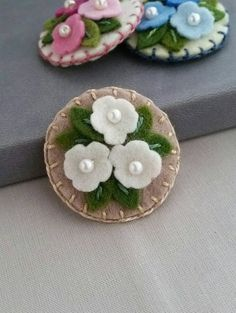 cluster-of-flowers-in-ecru-wool-felt snap hair clip