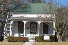 """Sunday Houses, Fredericksburg was founded in 1846 by 120 german immigrants under the auspices of the """"Society for the Protection of German immigrants in Texas"""". One Room Houses, Old Houses, Cottages And Bungalows, Cabins And Cottages, German Houses, German Architecture, Backyard Cottage, House On The Rock, Stone Houses"""