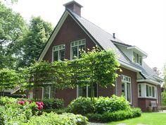 Een woning met een gemoedelijke uitstraling. De erker, de verticale ramen en de dakkapel boven zorgen voor een prettige lichtinval.