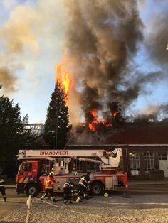 Bij het begin van de brand in de oude basisschool van Munsterbilzen sloegen de vlammen metershoog door het dak. De rookpluim was kilometers ver te zien.