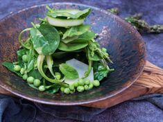 Tenhle zelený salát je super sám osobě, ale skvěle se hodí ijako doplněk na grilovačce. Zelený chřest je zasyrovaparádní, tak se toho nebojte. Jen ho naškrábejtena tenké plátky. Na 4 porce budeme potřebovat: 125 g baby špenátu 4 ks zeleného chřestu 100 g mladého hrášku 20 lístků máty 2 kedlubny Dresink 20 g bílého vinného …