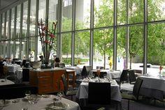 Los museos grandes, como el Metropolitan y el MoMA, tienen una variada oferta gastronómica con una excelente relación precio y calidad. En la mayoría de las otras instituciones, como la Neue Galerie o el Guggenheim, ofrecen una agradable y buena cafetería, como mínimo.