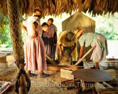 Moler la yuca y pasarla por el colador • Livingston, Izabal, El Sabor De Mi Tierra #ElSaborDeMiTierra