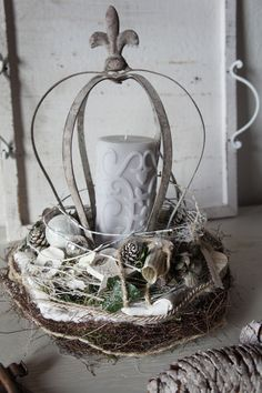A magical Christmas decoration …. On a straw wreath with moss seated a white vine wreath in which a metal crown forms the pedestal for a candle … it entwine vines, branches, ribbons and … Christmas Advent Wreath, Christmas Candle Decorations, Christmas Hamper, Christmas Lanterns, Magical Christmas, Winter Christmas, Christmas Time, Vintage Christmas, Xmas